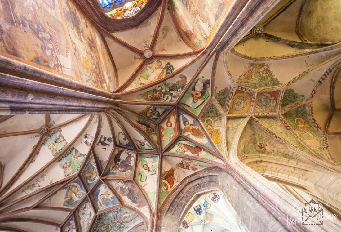 Plafondschilderingen in een kerk