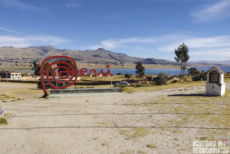 Peru in grote rode letters op de grensovergang