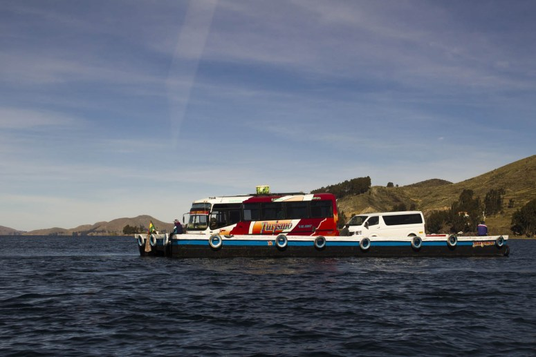 Een bus op een boot over het water