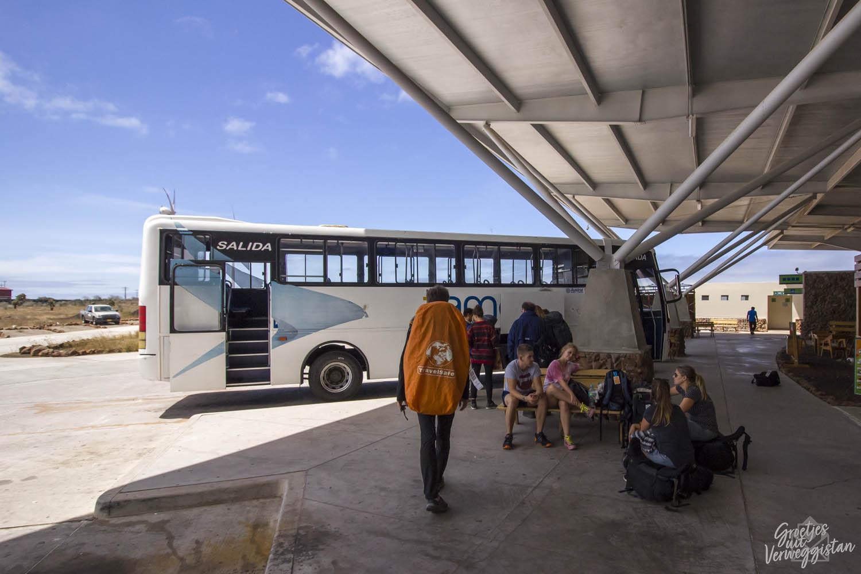 De bus op het vliegveld op Baltra: van het vliegveld naar Puerto Ayora.