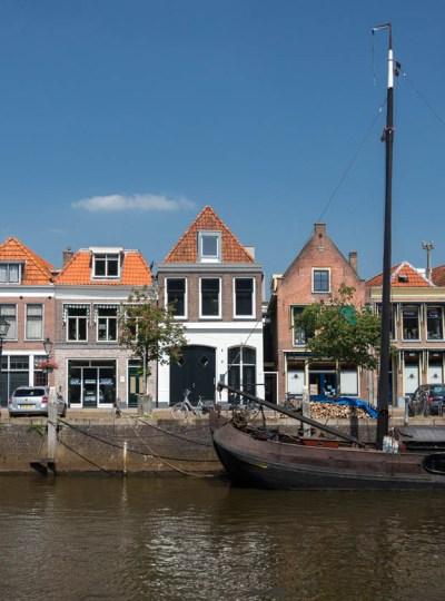 Een schattig straatje in Zwolle aan het water met een oude boot.
