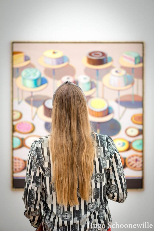 Kijkend naar een schilderij van Wayne Thiebaud in Museum Voorlinden met allerlei taarten erop.