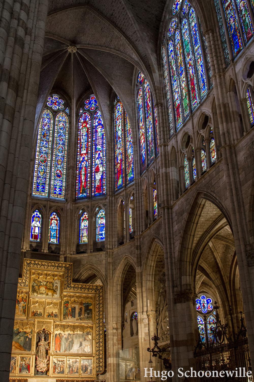 Licht dat valt door de glas-in-lood ramen in de prachtige kathedraal van León.