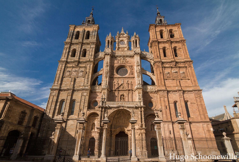 De torens en façade van de kathedraal van Astorga: goede stop tijdens een autovakantie door Spanje.
