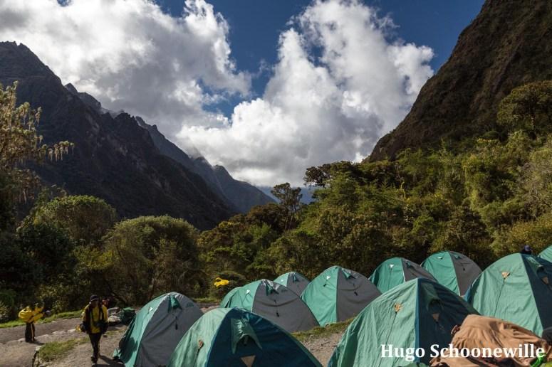 Tentjes in Peru opgezet tijdens de Inca Trail met uitzicht op een dal in de bergen.