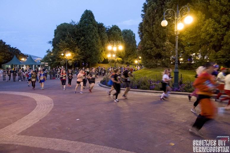 Renners na de start van de 5 kilometer van het Disneyland Paris Run Weekend