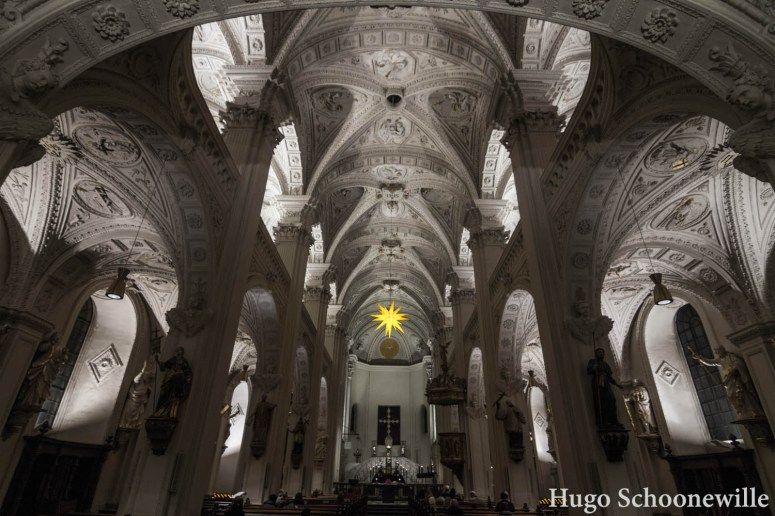 De witte binnenzijde van de St. Andreaskirche in Düsseldorf, met kerstster.