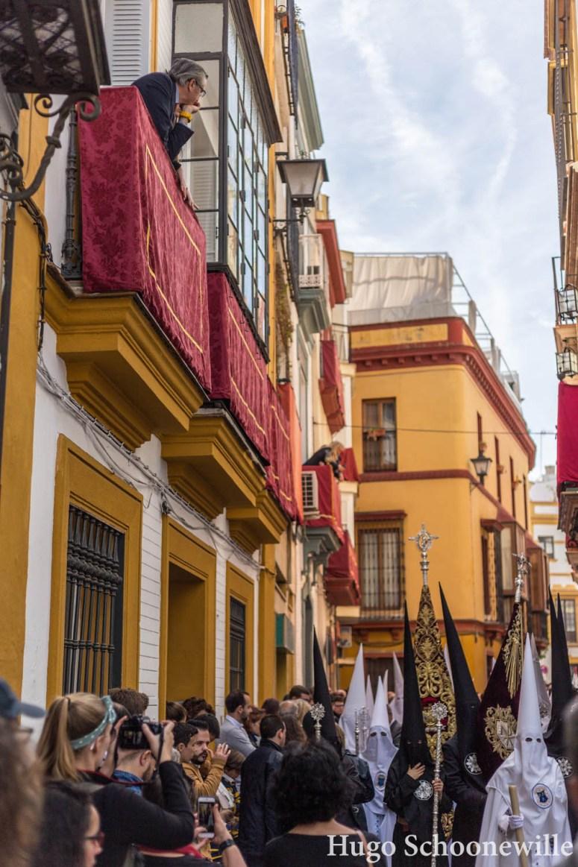 Een processie door de smalle straten van Sevilla met Semana Santa