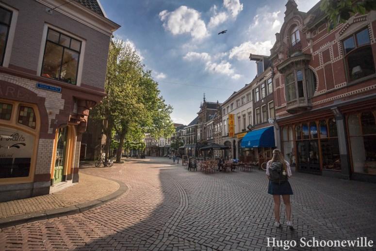Meisje in de straten van Zwolle in de zon