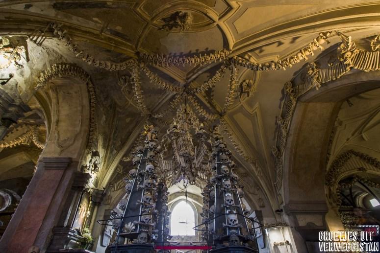 Versieringen gemaakt van menselijke botten in de kerk in Kutná Hora in Tsjechië