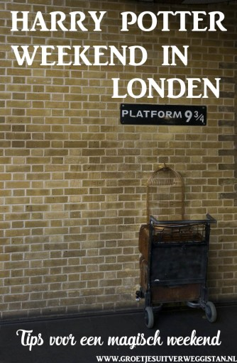 De trolley in de muur bij platform 9 3/4 op King's Cross in Londen. Met tekst: Harry Potter weekend in Londen.