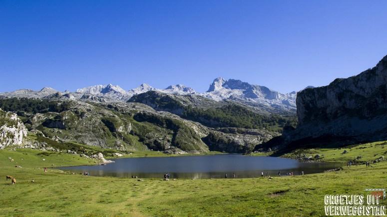 Prachtig uitzicht over Lagos de Covadonga in Picos de Europa in Spanje: meer met bergen.