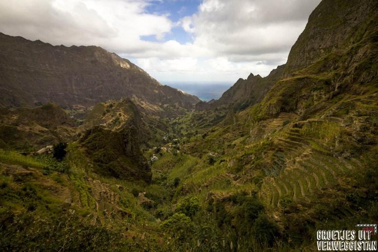 Uitzicht over de vallei van Paúl op eiland Santo Antão op Kaapverdië, met plantages, bergen en de zee.