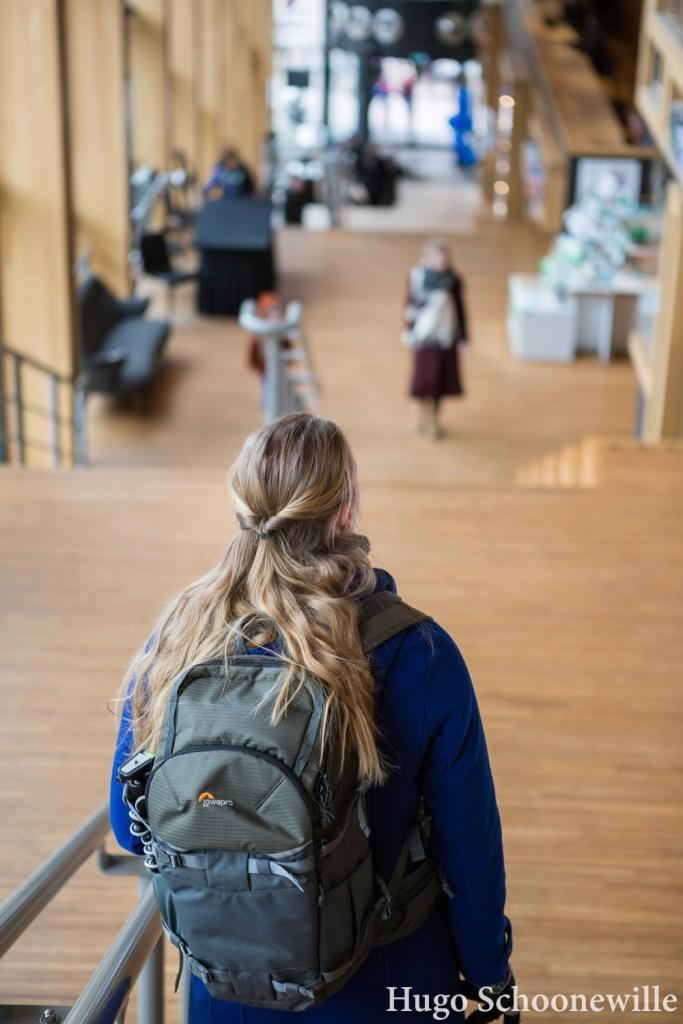 Blond meisje voor de trap in het multifunctionele gebouw Rozet in Arnhem.