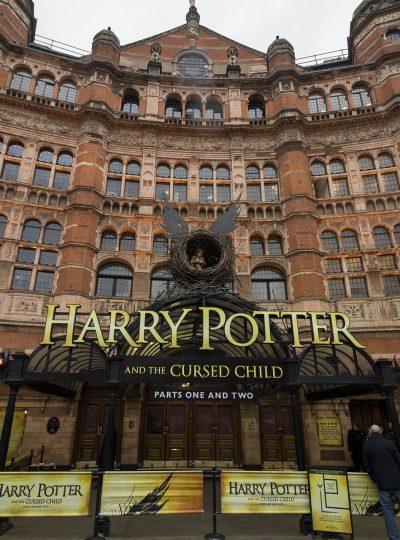Palace Theater in Londen waar Harry Potter and the Cursed Child speelt met groot logo voorop