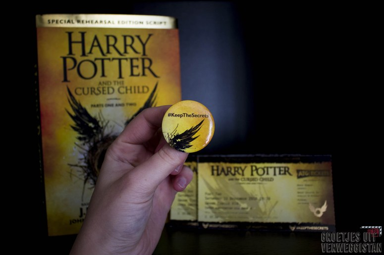 Button die je krijgt bij Harry Potter and the Cursed Child in Londen: geel met een stukje vleugel en #KeepTheSecrets