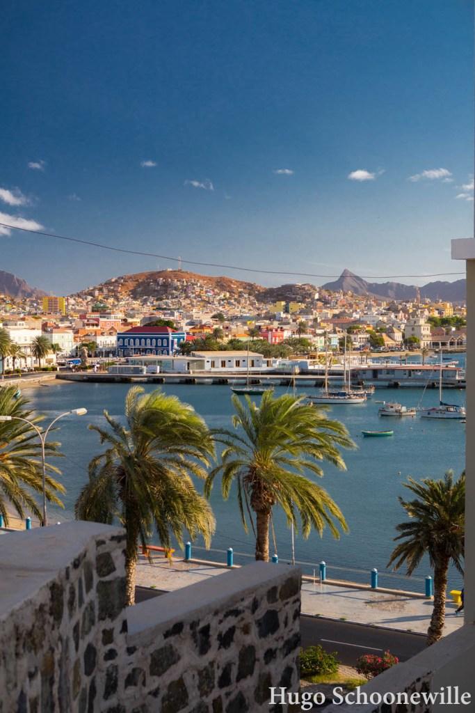 Uitzicht over Mindelo en de baai op het eiland São Vicente: route voor 12 dagen eilandhoppen op Kaapverdië
