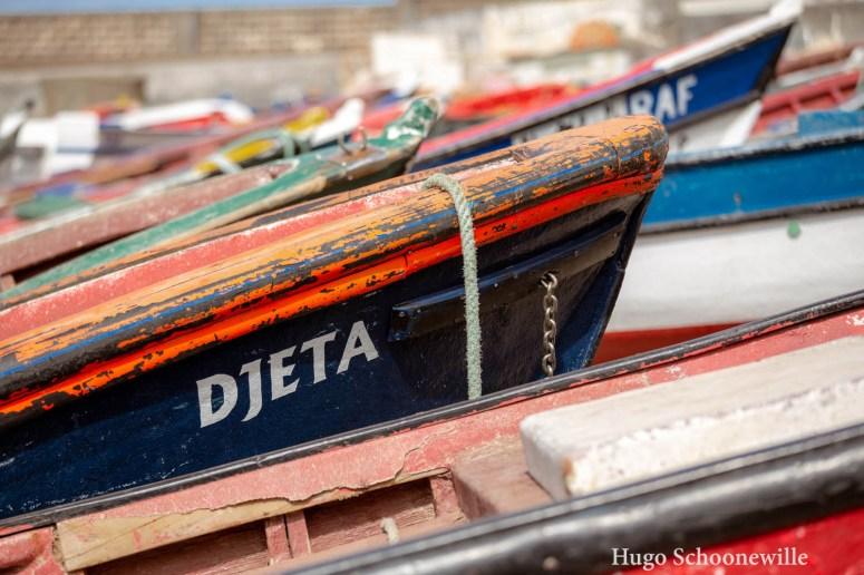 Gekleude vissersbootjes op het strand aan de kust van Punta do Sol op Santo Antão, Kaapverdië.