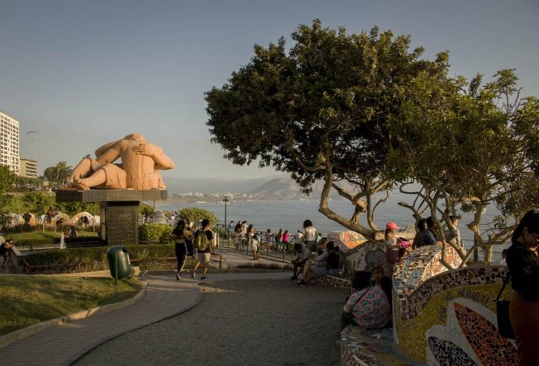 Het park Parque del Amor in Lima met mozaïekbankjes en een standbeeld.