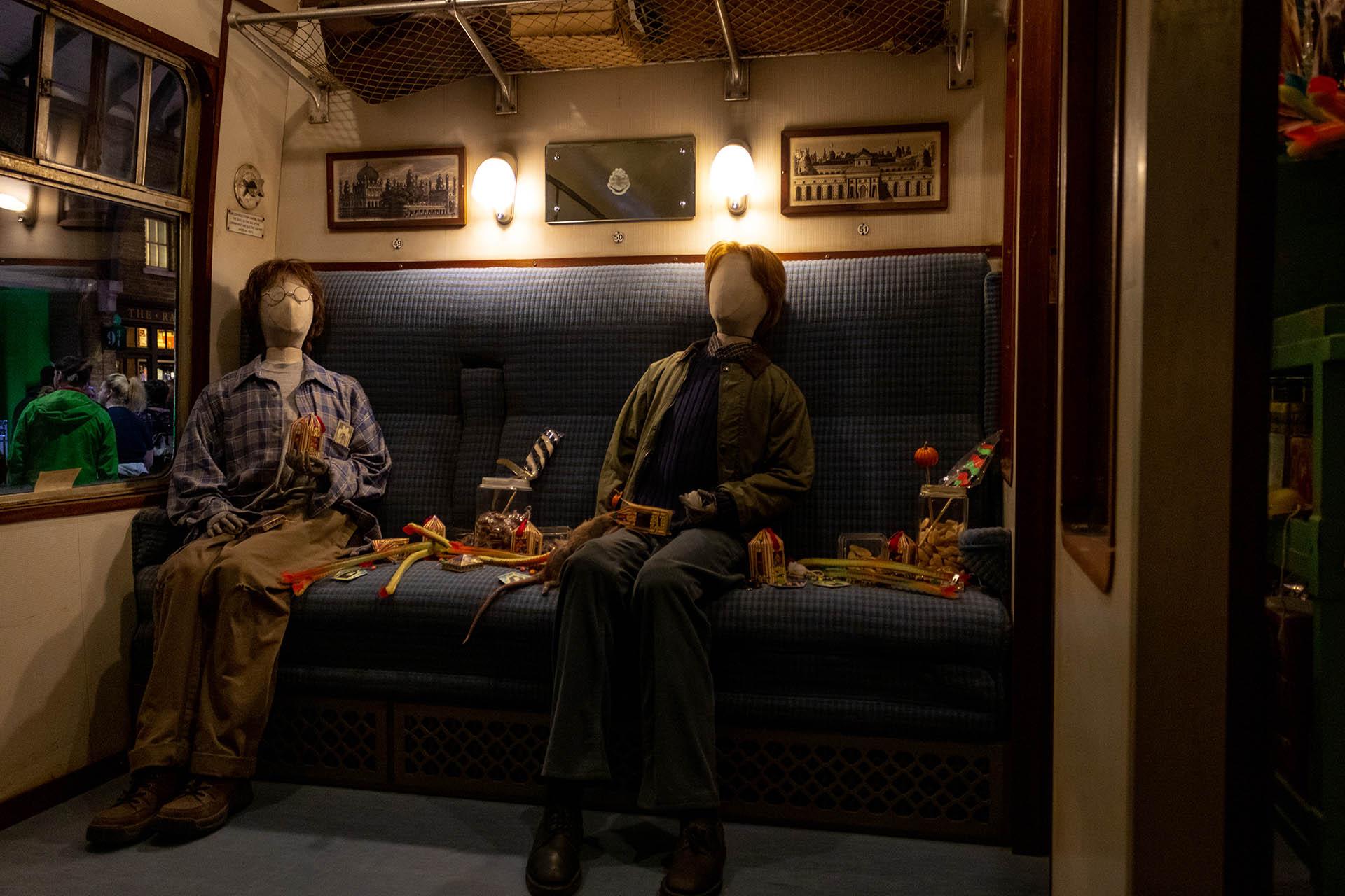 Ron en Harry in de coupé van de Hogwarts Express met al het snoep