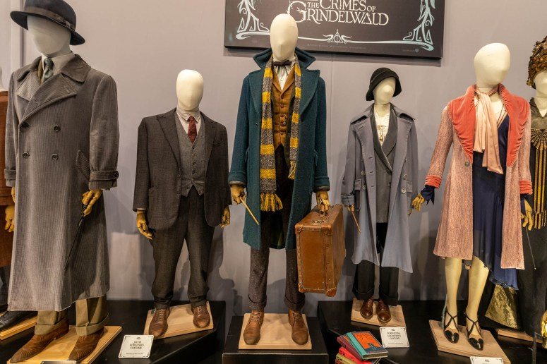 De kleding die gebruikt is in de film Fantastic Beasts: The Crimes of Grindelwald in de entreehal van The Making of Harry Potter.