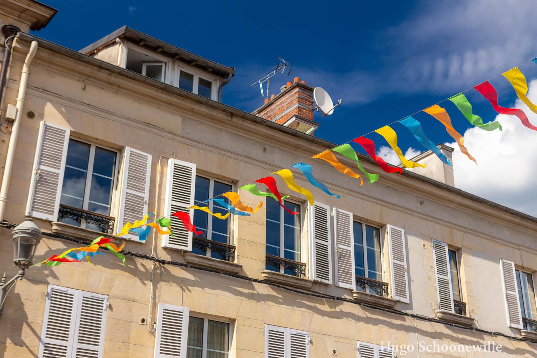 Gekleurde vlaggetjes in Chantilly over de straten