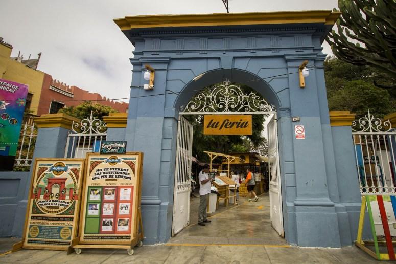 Blauwe toegangspoort van de markt La Feria in Barranco in Lima.