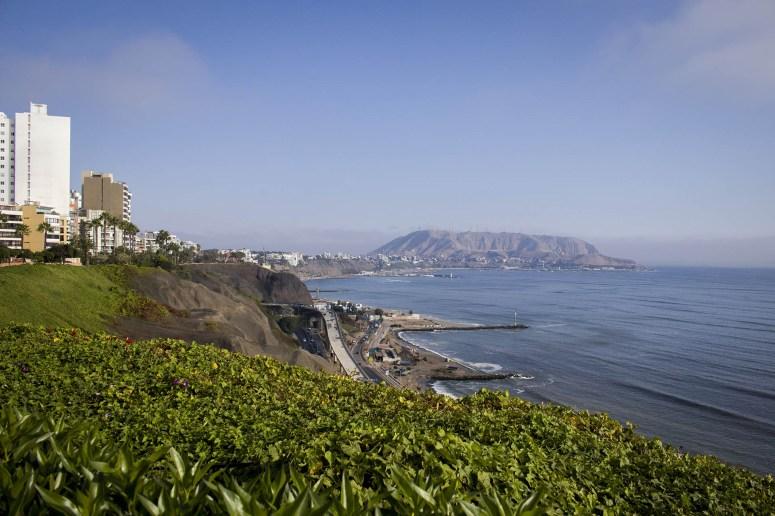Langs de kust van Lima kun je wandelen over de Malecon, met uitzicht over de hele kustlijn.