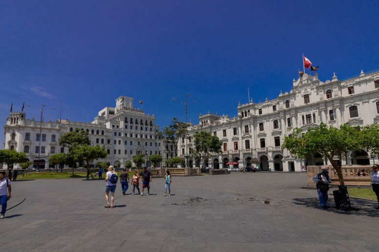 Het mooie Plaza San Martín in Lima, dat wordt omringd door witte koloniale gebouwen