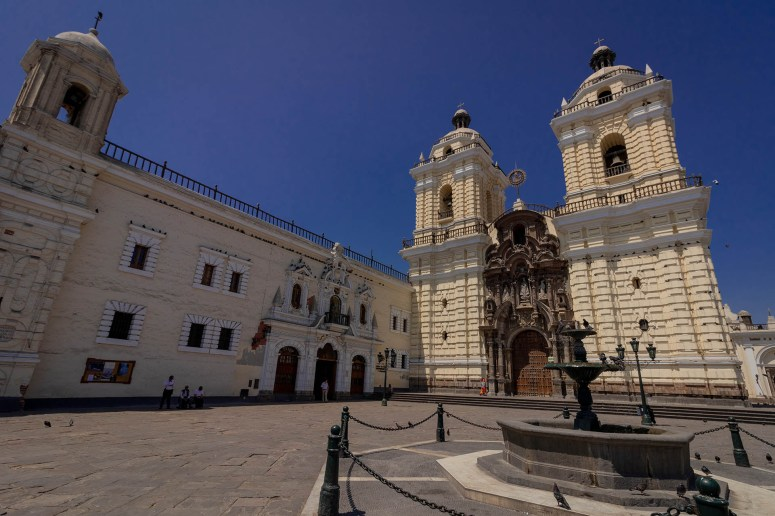 Wat te doen in Lima: de buitenzijde van de kerk en het klooster San Francisco met de catacombes in Lima in Peru.