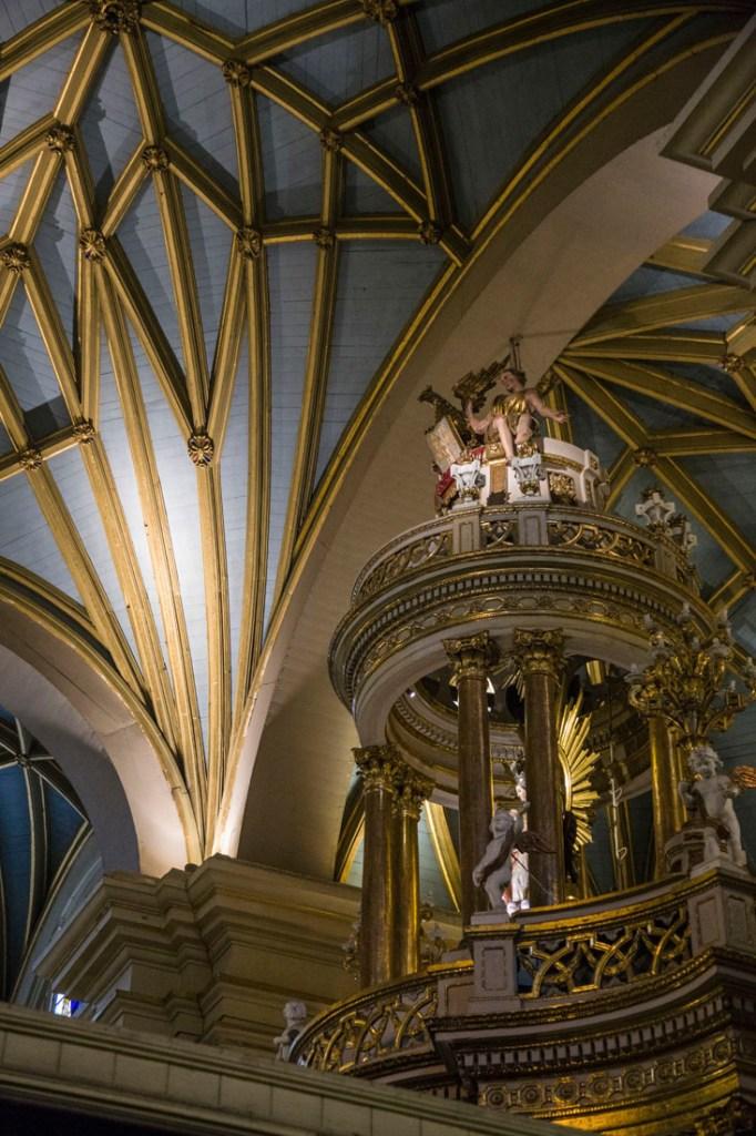 De binnenzijde van de kathedraal van Lima, met de gekleurde mozaïeken in de kapel van Francisco Pizarro.