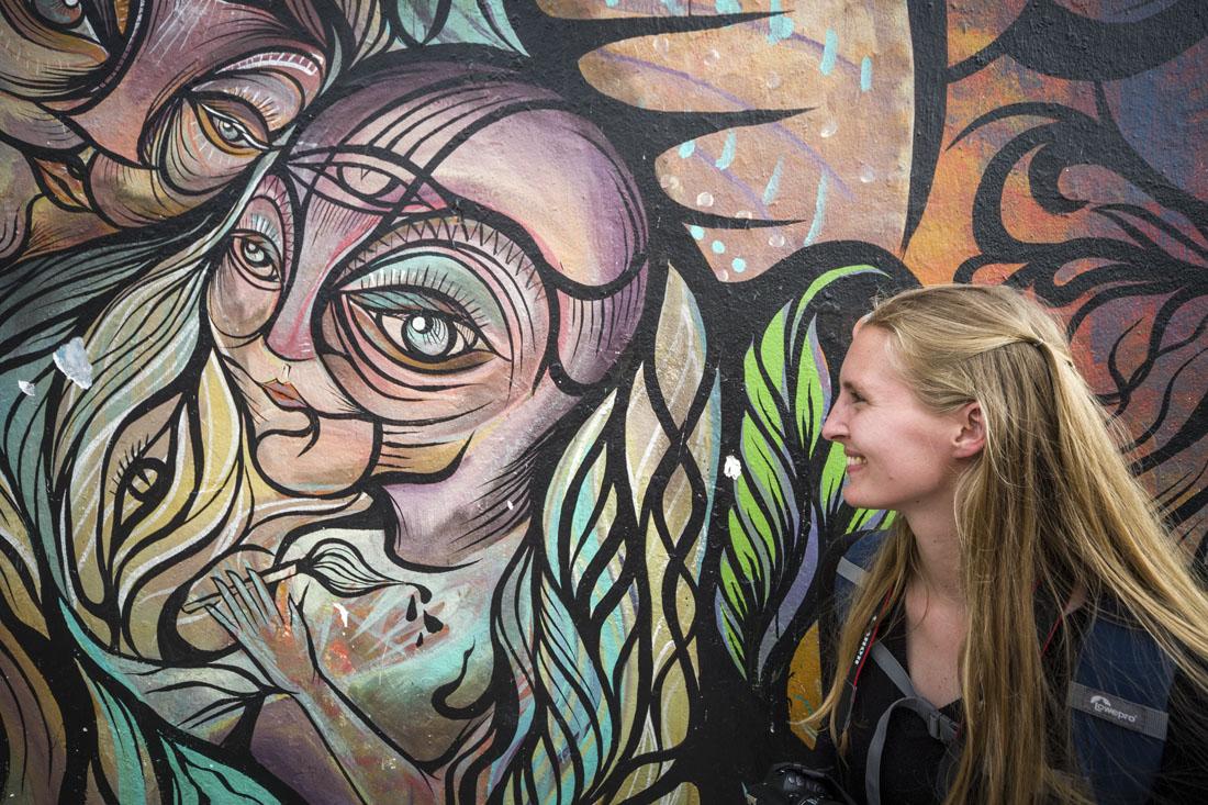 Muurschildering van de drank ayahuasca en wat dit met je doet