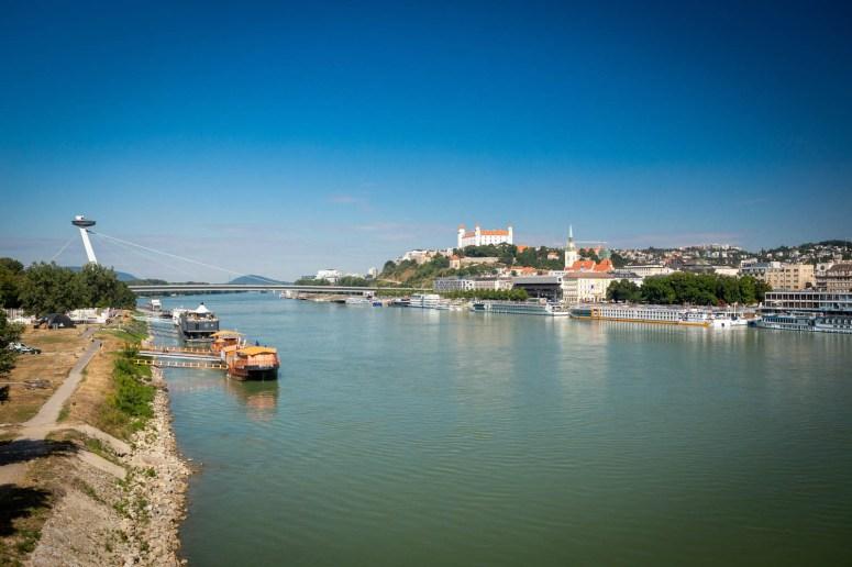 Uitzicht over Bratislava vanaf de brug met de Donau en het kasteel