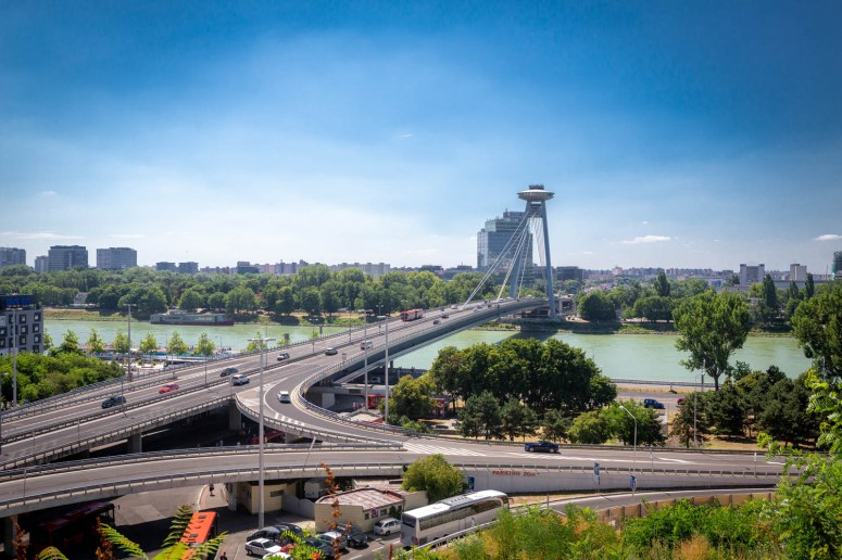 De Most SNP of de UFO Bridge in Bratislava over de Donau