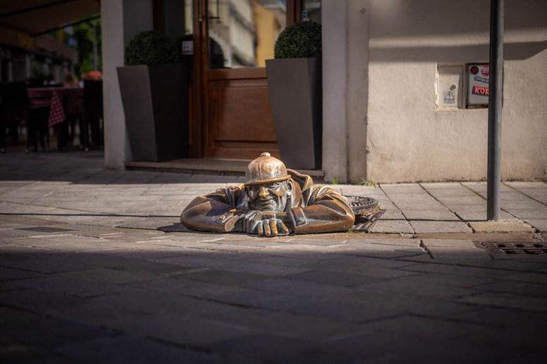 Čumil de Gluurder, het beroemde standbeeld in Bratislava van de rioolwerker die half uit de grond komt