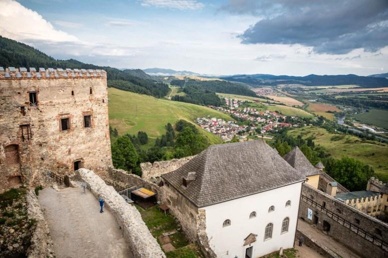 Uitzicht op het kasteel Ľubovňa en het naastgelegen dorp vanaf de toren van het kasteel.