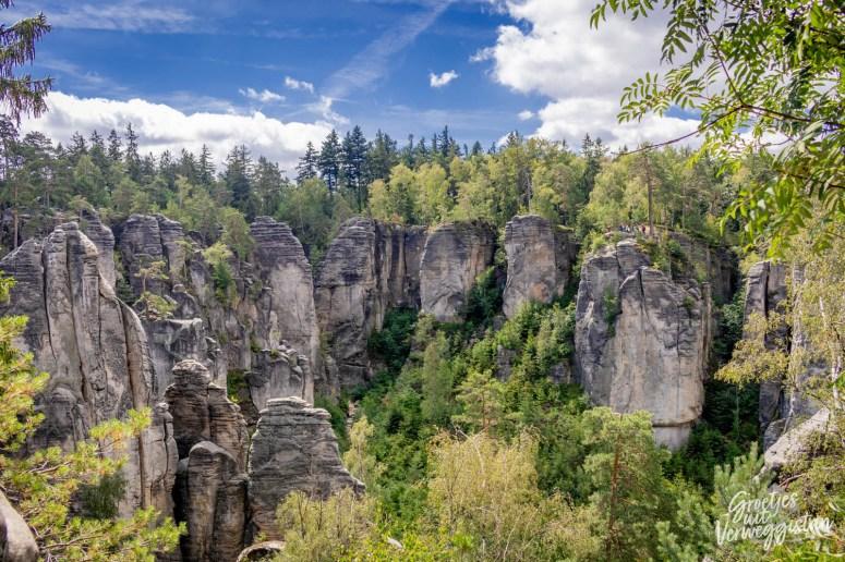 Uitzicht vanaf boven over verschillende rotsen bij de rotsen van Prachov in het Boheems Paradijs.