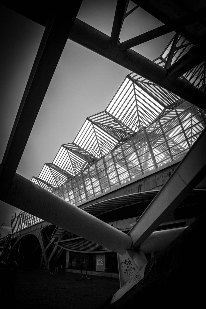 Het moderne, industriële treinstation Gare Do Oriente, in zwart-wit