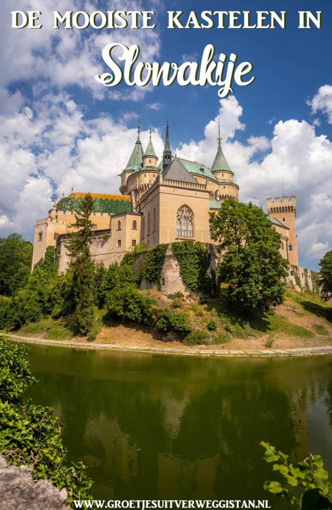 Pinterestafbeelding: het sprookjesachtige kasteel van Bojnice met groene torentjes en een slotgracht. Tekst: de mooiste kastelen in Slowakije