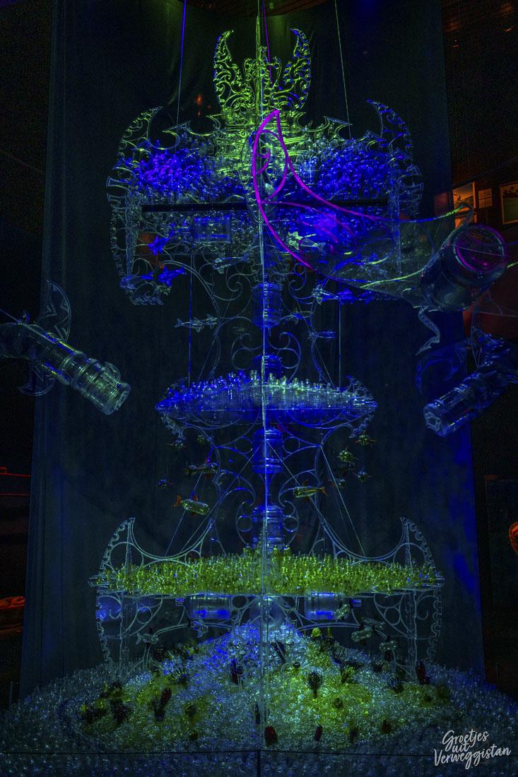 Bottled Ocean 2120, een installatie van George Nuku van plastic in een groen licht