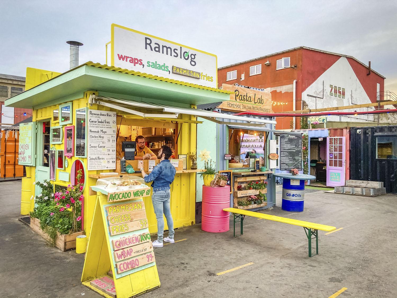 Felgekleurde stand op streetfoodmarket Reffen in Kopenhagen