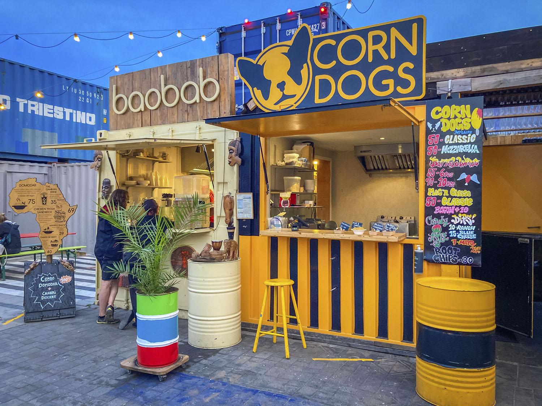 Twee kramen met streetfood bij Reffen: baobad en corn dogs.