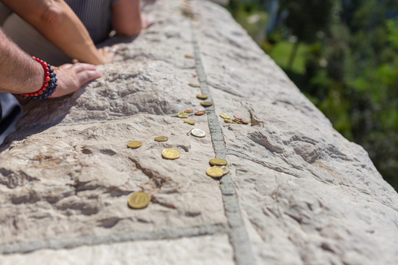 Muntjes op de muur bij bedevaartsoord Ostrog Monastery in Montenegro