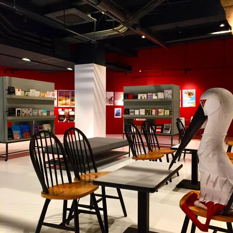 """""""城崎国際アートセンター(KIAC)""""の入り口ロビー、広々としていて所々に遊びが入ってます。屋台のように見えるのは本棚"""