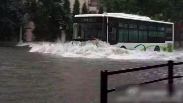 上海の公共交通バス、洪水だろうが人が立ちはだかろうが停まりません