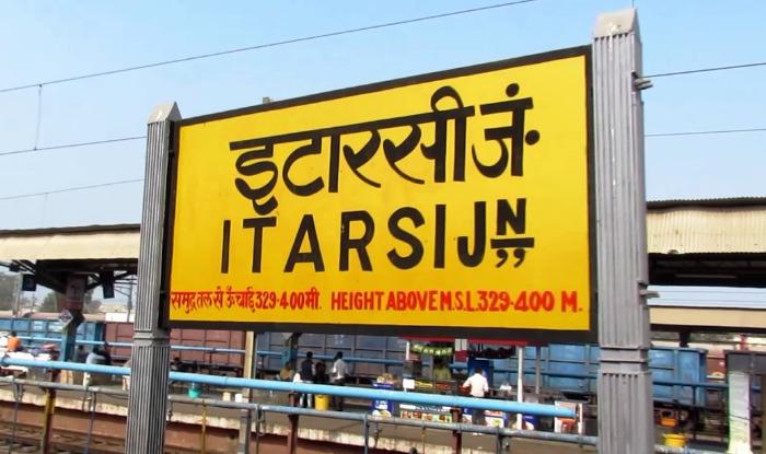 Madhya Pradesh : Itarsi Railway station holiday special train vendor ramesh singh shera rescue mother and girl child save life