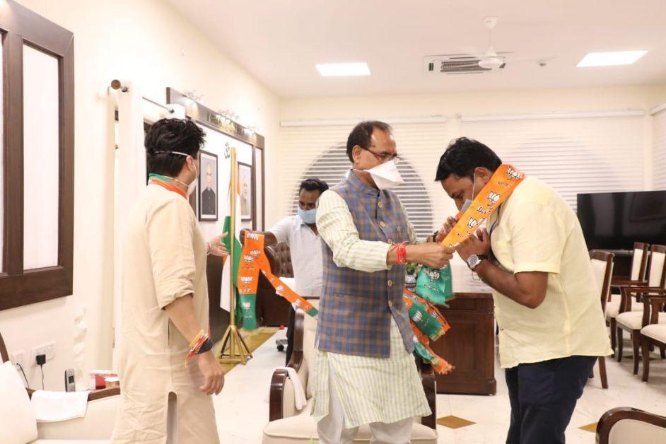 congress leader satyendra singh tomar and shrikant chaturvedi joins BJP, Big shock to Kamal Nath