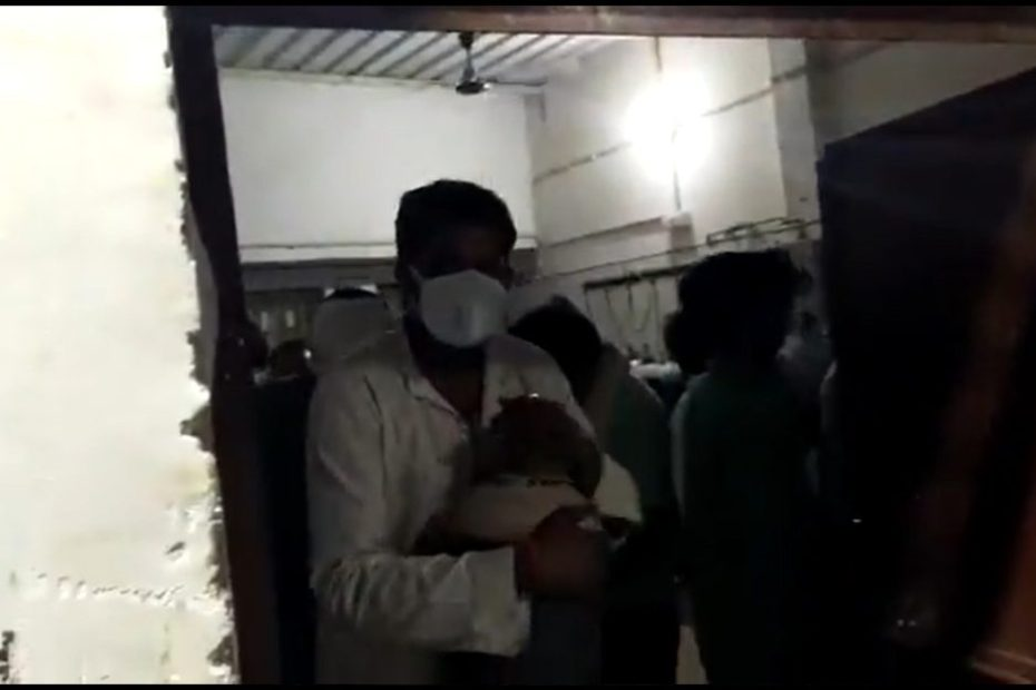 Coronavirus: Oxygen Cylinder looted by Family members of patients in damoh govt hospital madhya pradesh