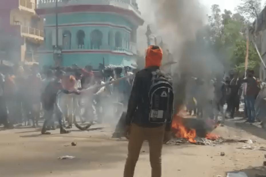 बिहार के सासाराम में सरकार के खिलाफ सड़कों पर छात्र