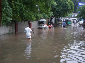 Residents trying to make it through flood colombo road